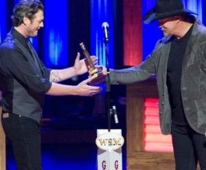 Blake receives his replica microphone from Trace Adkins
